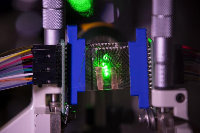 Researchers develop a 3D motion tracking system with graphene transparent photodetectors